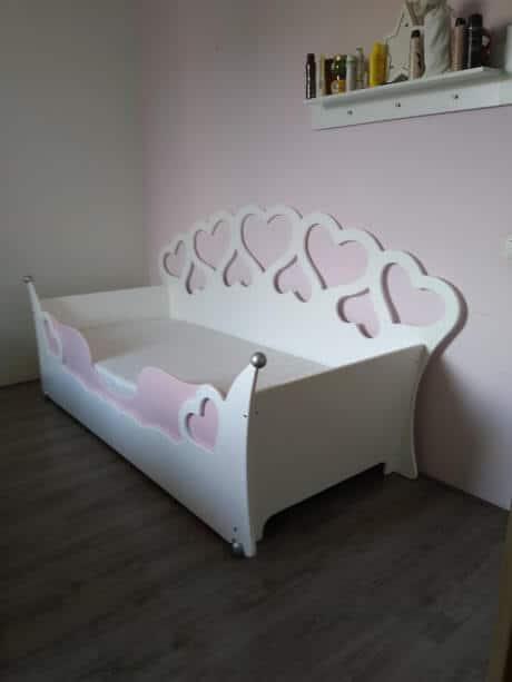 kinderbed met hartjes wit met roze uitrolbeveiliging maat 90x200 cm