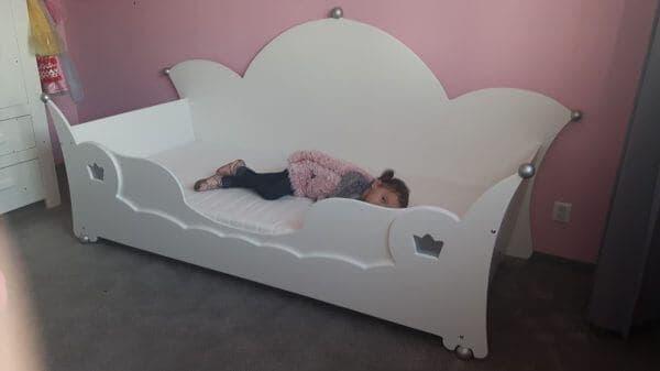 Prinsessenbed bedbank 90x200 cm wit met zilveren bolletjes, met uitrolbeveiliging, met kroontjes aan de voorkant