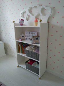 Kinderkamer boekenkast met hartjes