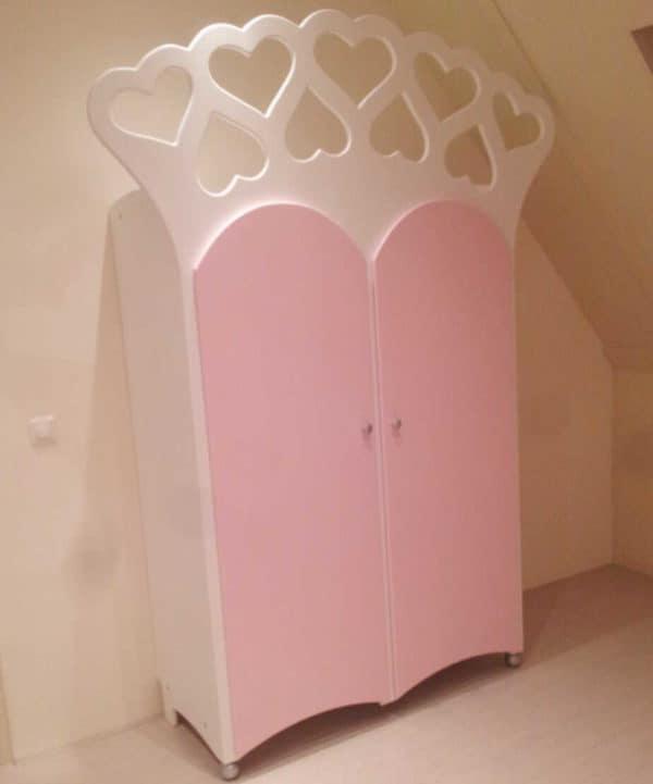 #4 Kinderkast twee-deurs met hartjes biedt genoeg ruimte voor alle kleertjes
