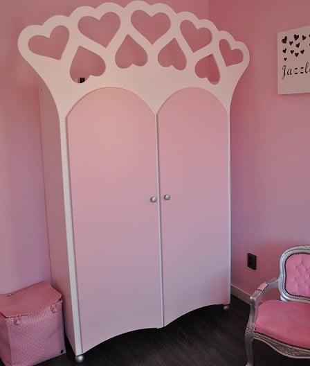 #7 Kinderkast voor de peuterkamer, met hartjes, roze met decoratie op de muur