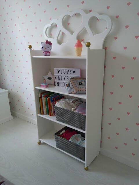 kinderkamer boekenkast met hartjes, wit met goud