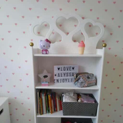 kinder boekenkast met hartjes