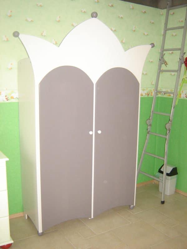 #12 kinderkast twee-deurs wit met paars, contrast kleuren decoratie, met kroon voor de kinderkamer