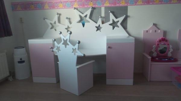 #4 Kinderstoeltje sterren, samen met kinderbureau met sterren