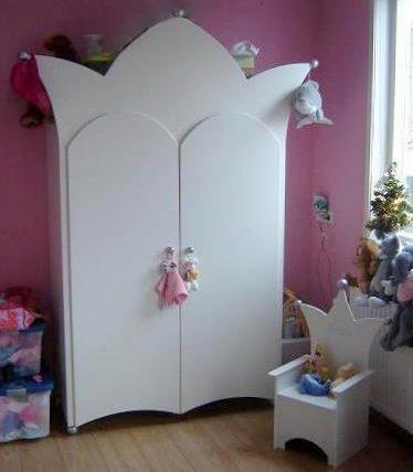 #7 Kinderkast 2-deurs met kroontjes, met kinderstoeltje, wit met zilveren decoratie