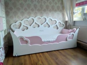 Kinderbed meisjesbed met hartjes decoratie aanbieding wit met roze 90x200 cm